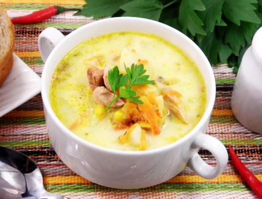 Ароматный суп с копчёной курочкой и плавленым сыром.