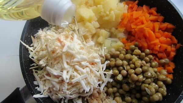 Положить в сковороду остальные овощи и сыр