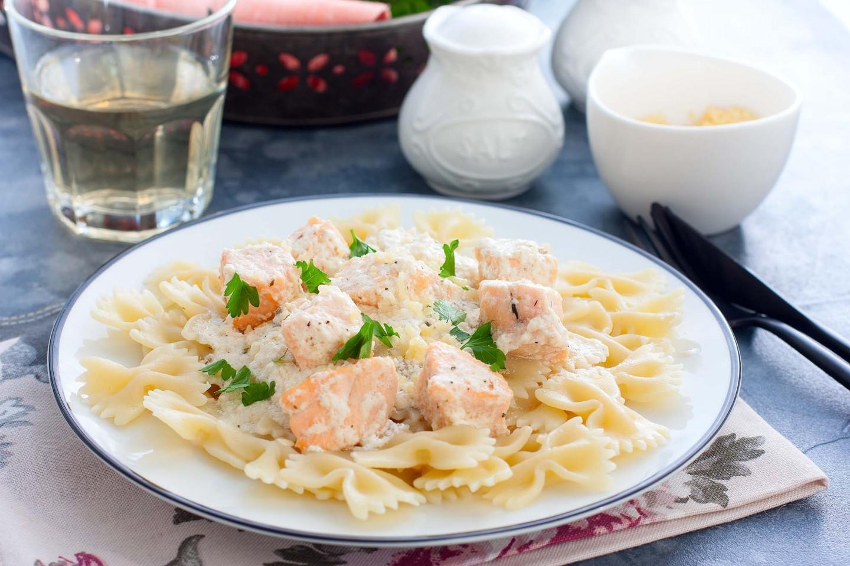 Пошаговый рецепт атлантического лосося в сливочном соусе с макаронами